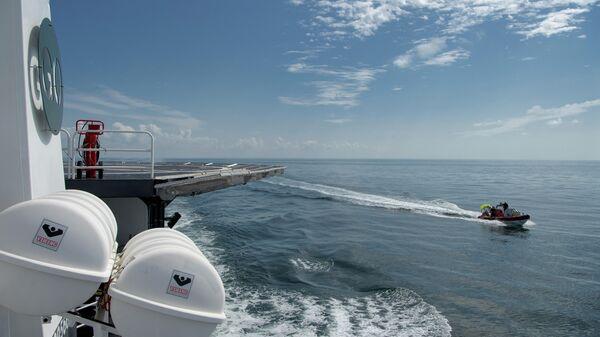 Корабль SpaceX GO Navigator перед посадкой космического корабля SpaceX Crew Dragon с астронавтами НАСА Робертом Бенкеном и Дугласом Херли на борту
