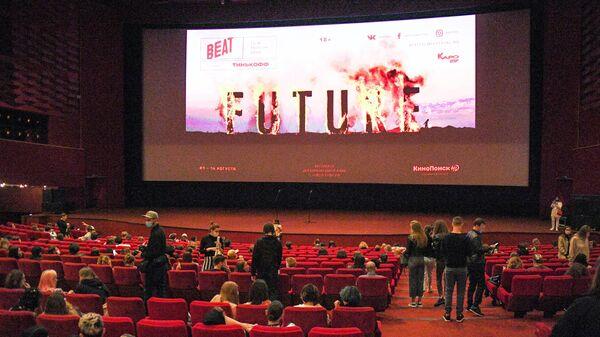 Зрители в зале перед показом фильма в кинотеатре Каро 11 Октябрь в Москве