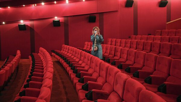 Зрительница в зале