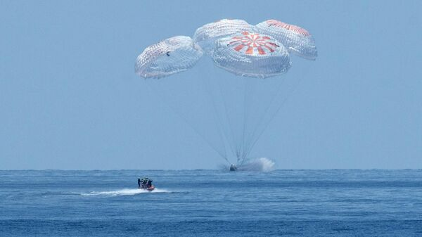 Космический корабль Crew Dragon совершает приводнение в Мексиканском заливе
