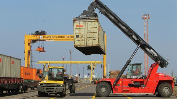 Разгрузка контейнеров в морском грузовом порту Клайпеды