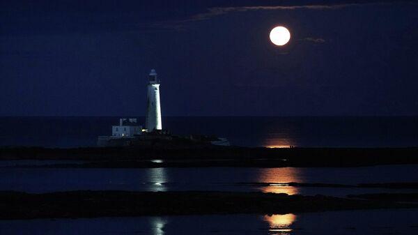 Полная луна над маяком Святой Марии в Уитли-Бей, Англия