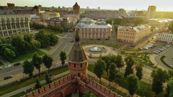 Спасская башня Тульского кремля (на первом плане) и Крестовоздвиженская площадь