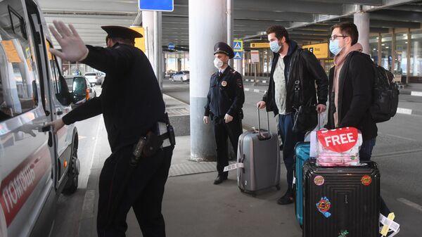 Пассажиры, прибывшие рейсом компании Аэрофлот из Нью-Йорка, в Международном аэропорту Шереметьево в Москве