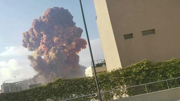 Дым от взрыва в Бейруте, Ливан