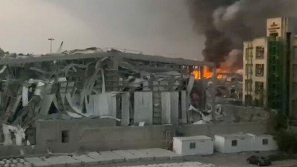 Искореженные здания и столб дыма: последствия мощного взрыва в Бейруте