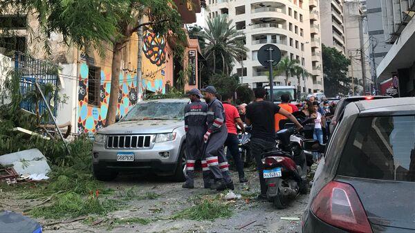 Спасатели рядом с местом взрыва в Бейруте
