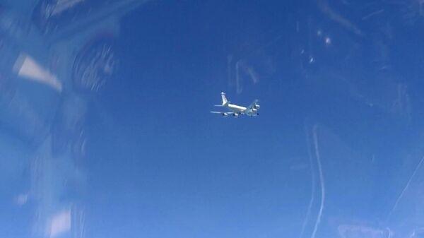Вид на самолет-разведчик RC-135 ВВС США с борта истребителя Су-27, который перехватил два американских самолета над Черном морем