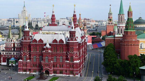 Вид на Исторический музей и Кремль в Москве