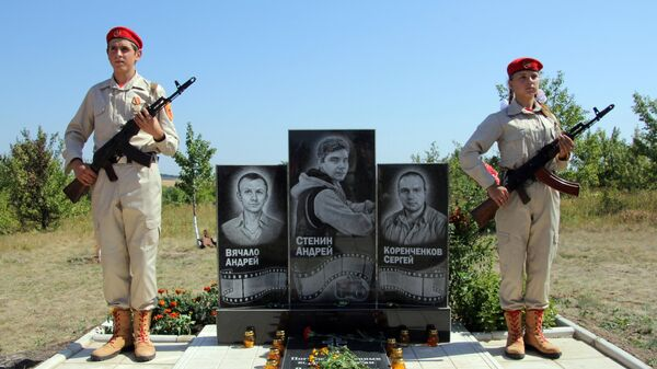 Возложение цветов к памятному знаку на месте гибели фотокорреспондента МИА Россия сегодня Андрея Стенина