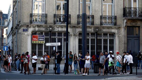 Толпа возле банка во французском городе Гавр, где был мужчина захватил заложников