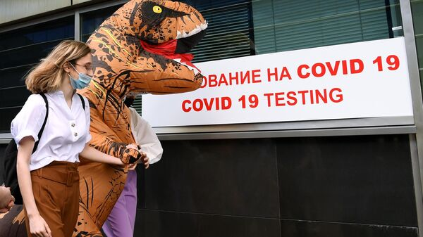 Пассажирка перед экспресс-тестированием на COVID-19 в международном аэропорту Внуково