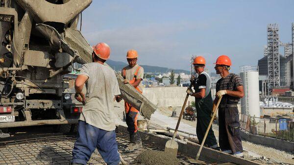 Заливка бетона на строительстве участка дороги