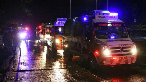 Автомобили скрой помощи на месте жесткой посадки самолета Air India Express в индийском городе Кожикоде