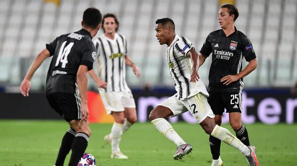 Juventus' Brazilian defender Alex Sandro runs with the ball during the UEFA Champions League round of 16 second leg football match between Juventus and Olympique Lyonnais (OL), played behind closed doors due to the spread of the COVID-19 infection, caused by the novel coronavirus, at the Juventus stadium, in Turin , on August 7, 2020. (Photo by Miguel MEDINA / AFP)