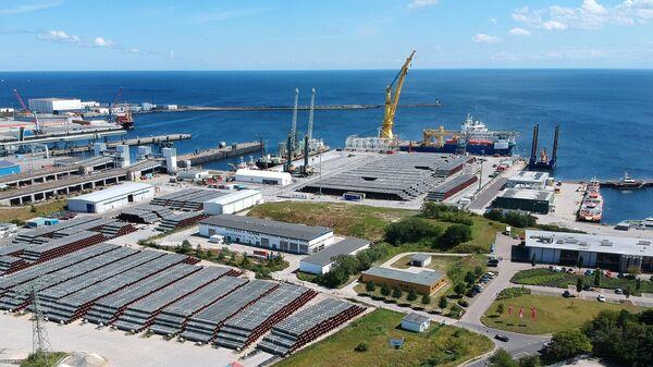 Российское краново-монтажное трубоукладочное судно Академик Черский в немецком порту Мукран на острове Рюген