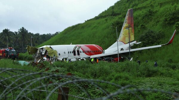 Пассажирский развалился при заходе на посадку в индийском городе Кежикод, штат Керала