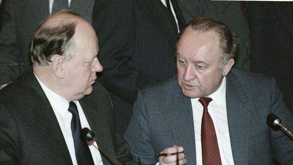 Председатель Верховного Совета Белоруссии Станислав Шушкевич и Председатель Совета Министров Белоруссии Вячеслав Кебич
