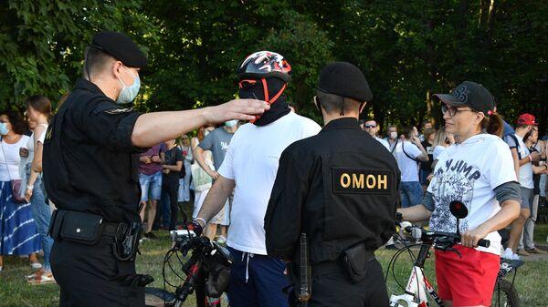 Участники митинга оппозиции и сотрудники ОМОНа в Киевском сквере в Минске