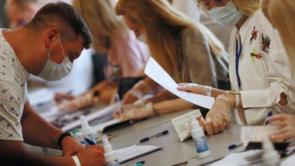 Мужчина во время голосования на выборах президента Белоруссии в здании посольства Белорусии в Москве.