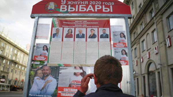 Стенд с информацией о кандидатах президентских выборов