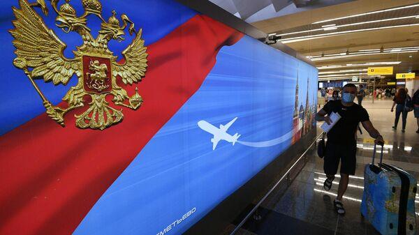 Пассажиры в международном аэропорту Шереметьево в Москве. 10 августа 2020