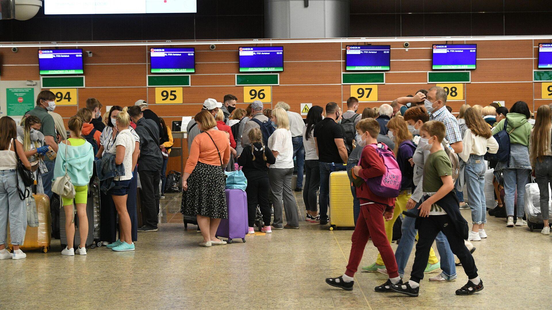 Пассажиры в международном аэропорту Шереметьево в Москве - РИА Новости, 1920, 24.08.2020