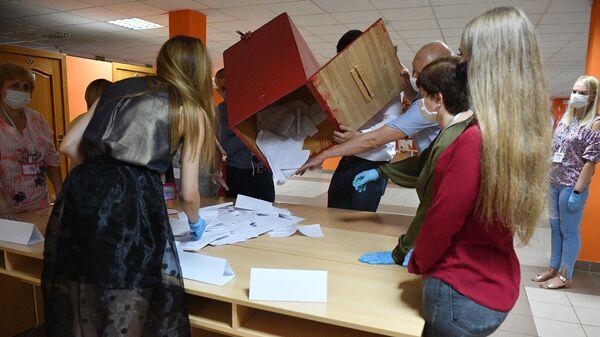 Члены участковой избирательной комиссии во время подсчёта голосов на избирательном участке в Минске в единый день голосования в Белоруссии