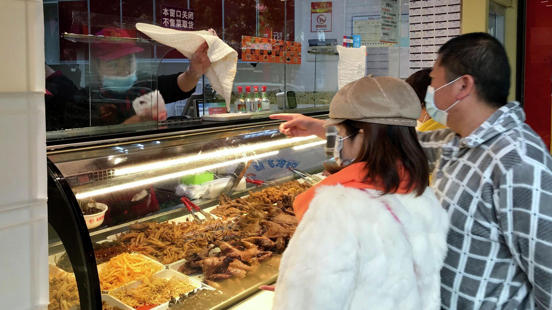 Местные жители покупают еду навынос в Ухани, КНР - РИА Новости, 1920, 29.04.2021