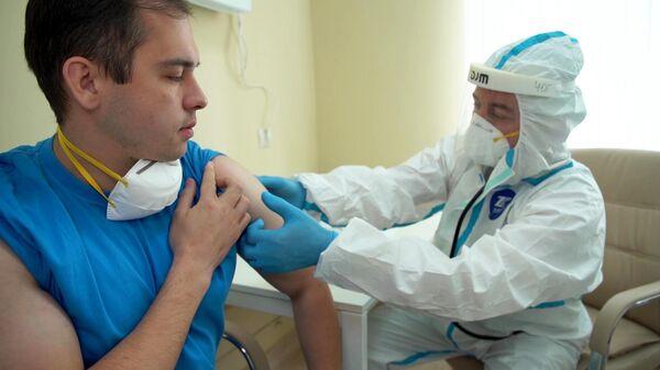 Осмотр перед выпиской добровольцев, участвовавших в испытаниях вакцины от COVID-19