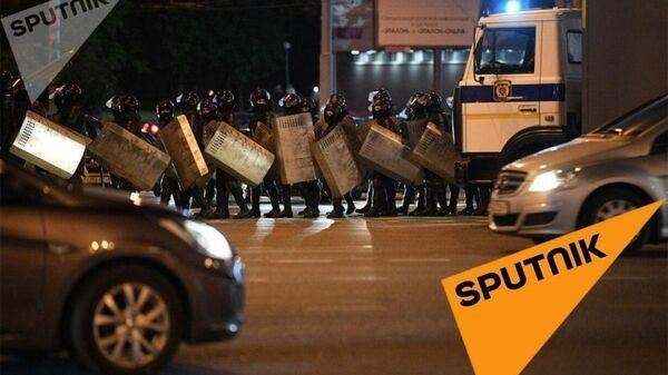 Бойцы белорусского ОМОНа на проспекте Дзержинского в Минске разгоняют протестующих. 12 августа 2020