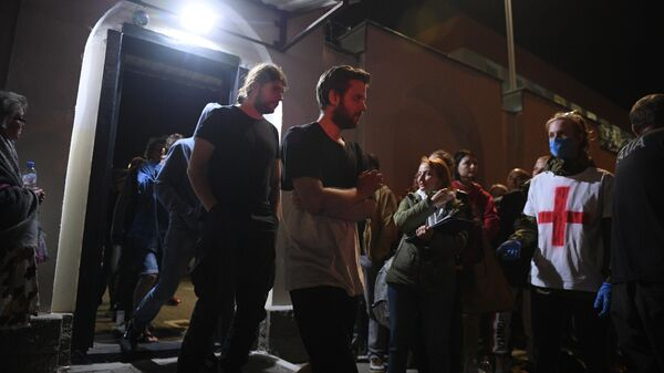 Задержанные в ходе акций протеста после освобождения из Центра изоляции правонарушителей на улице Окрестина в Минске