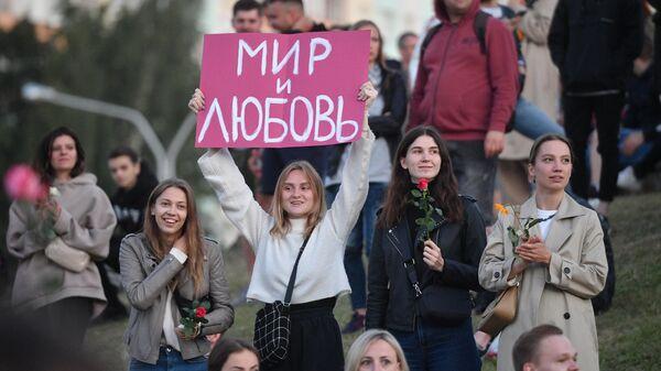 Участники акции протеста у станции метро Пушкинская в Минске