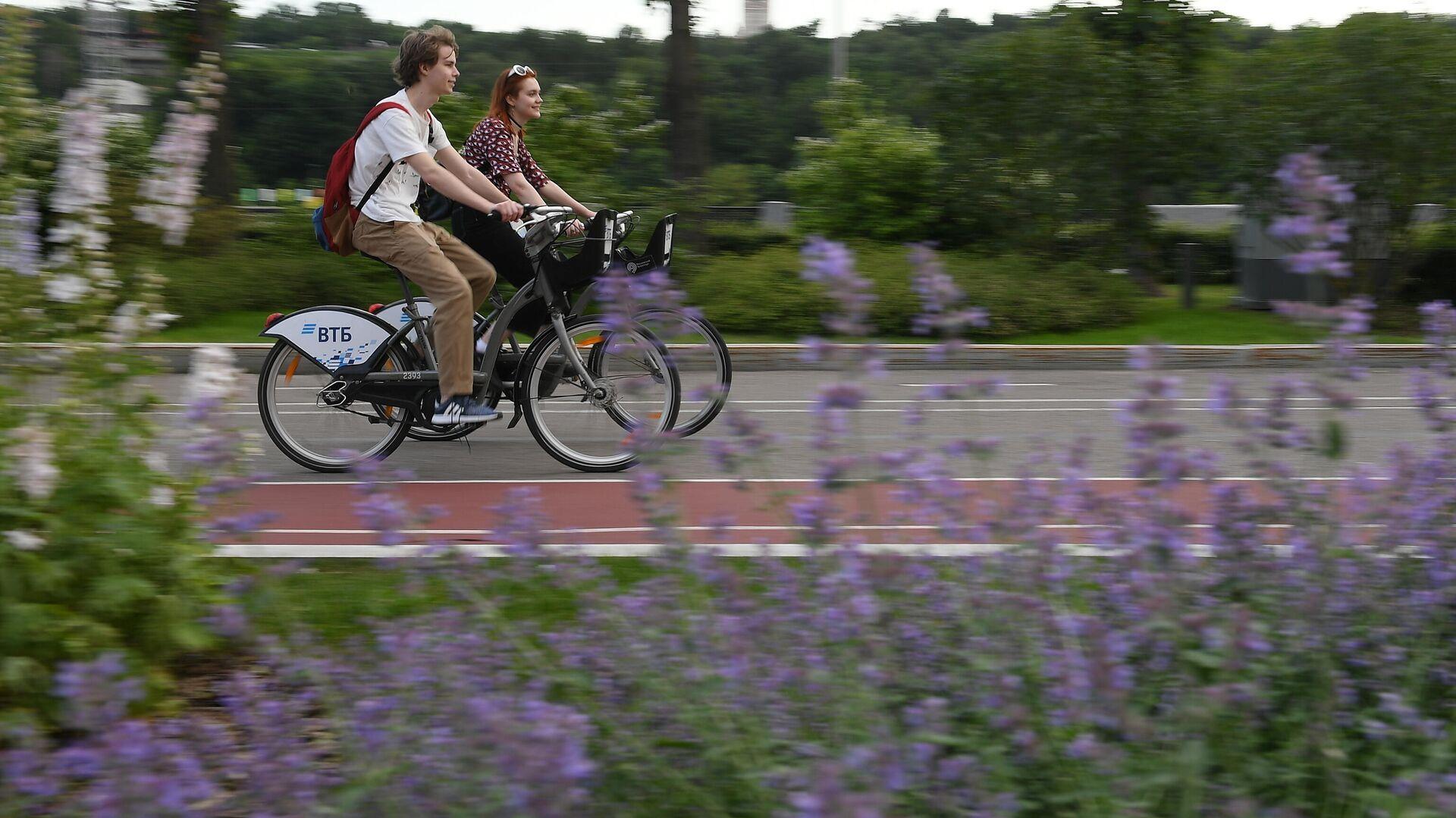Молодые люди катаются на велосипедах на территории спортивного комплекса Лужники в Москве - РИА Новости, 1920, 02.07.2021