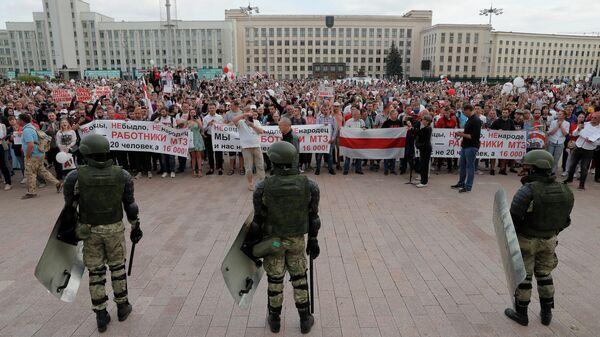 Сотрудники правоохранительных органов у Дома правительства в Минске