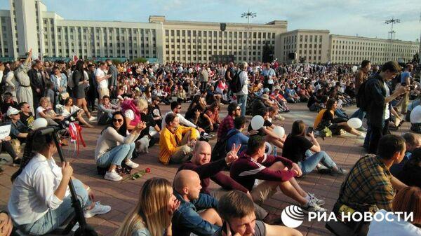 Народ у Дома правительства в Минске