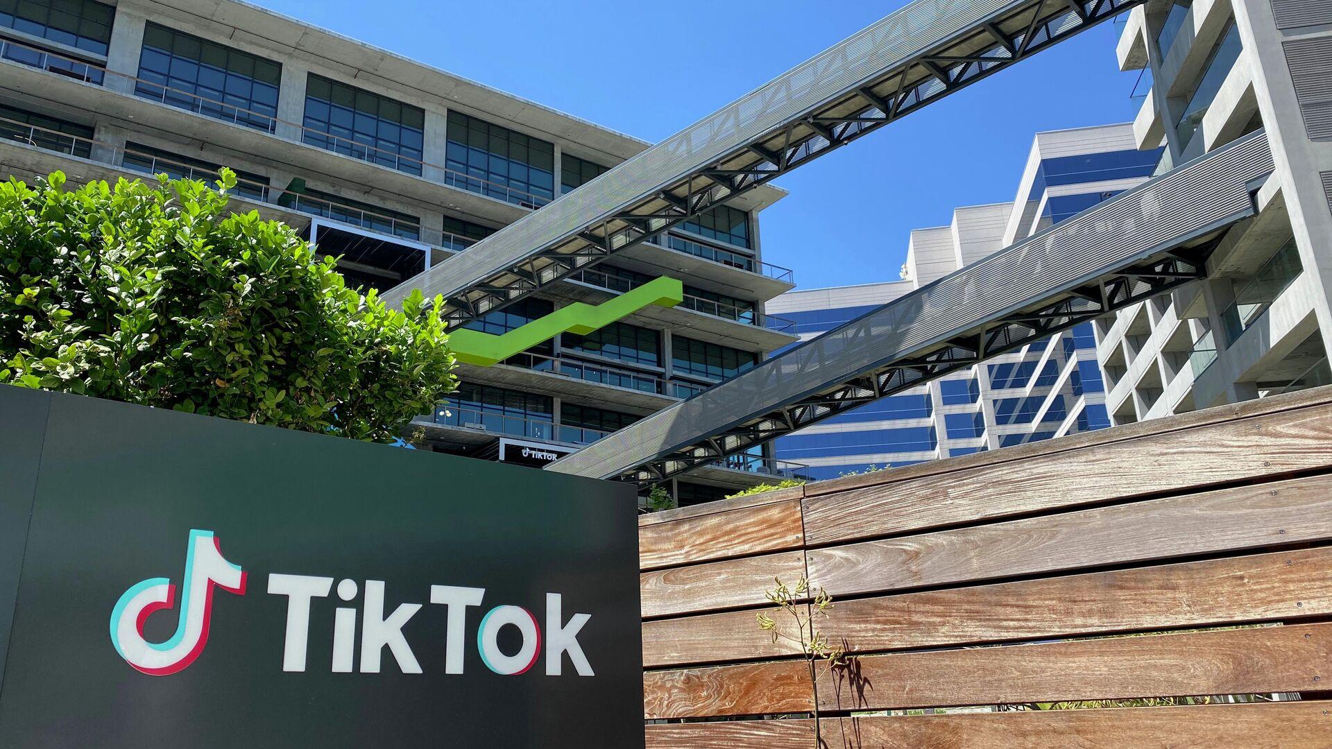 Логотип китайского видеоприложения TikTok на здании офиса компании в Калвер-Сити на западе Лос-Анджелеса - РИА Новости, 1920, 15.08.2020