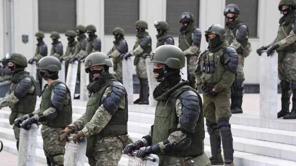 Военнослужащие на акции протеста в Минске