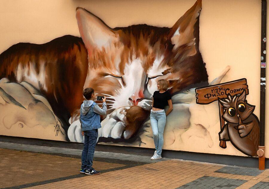 Туристы фотографируются в городе Зеленоградске Калининградской области