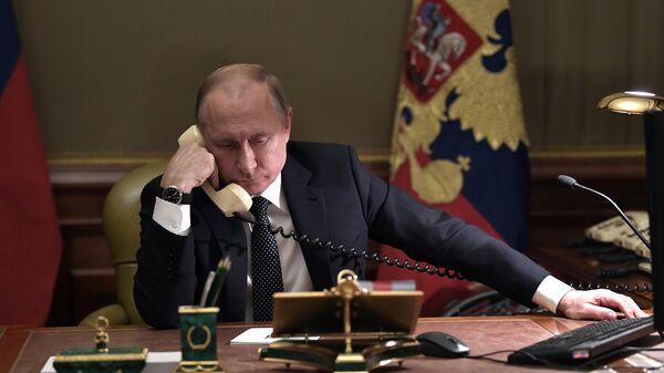Президент РФ Владимир Путин во время телефонного разговор