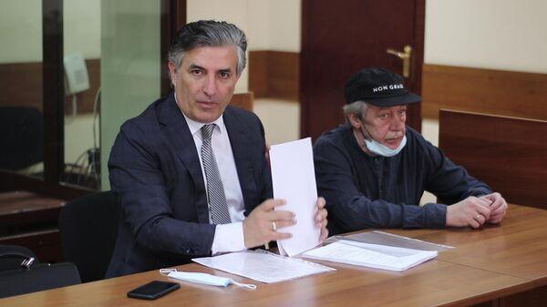 Адвокат Эльман Пашаев и актер Михаил Ефремов  перед началом слушаний в Пресненском суде по делу о ДТП со смертельным исходом