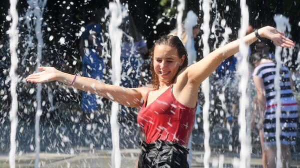 Девушка купается в фонтане в парке культуры и отдыха имени Горького в Казани
