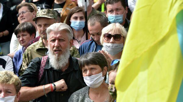 Сторонники бывшего президента Украины Петра Порошенко, во время митинга у здания суда