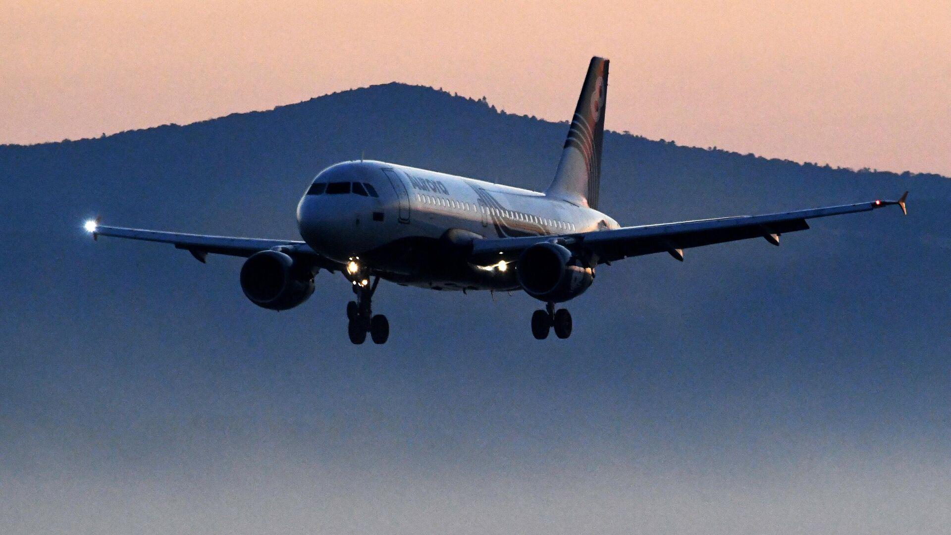 Самолет авиакомпании Аврора Airbus A319 во время посадки в международном аэропорту Владивосток - РИА Новости, 1920, 29.06.2021