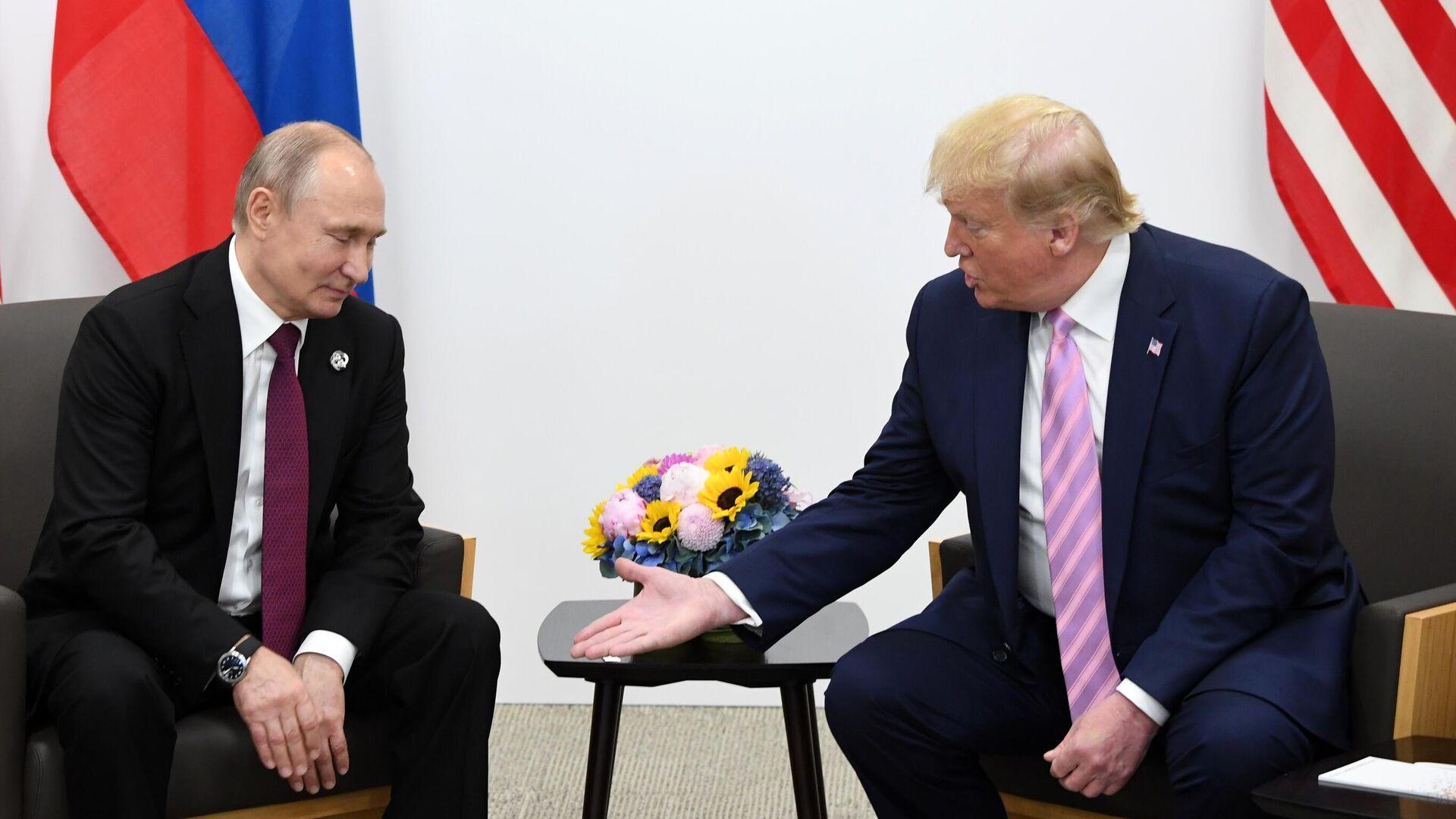 Президент РФ Владимир Путин и президент США Дональд Трамп (справа) во время встречи на полях саммита Группы двадцати в Осаке - РИА Новости, 1920, 29.09.2021