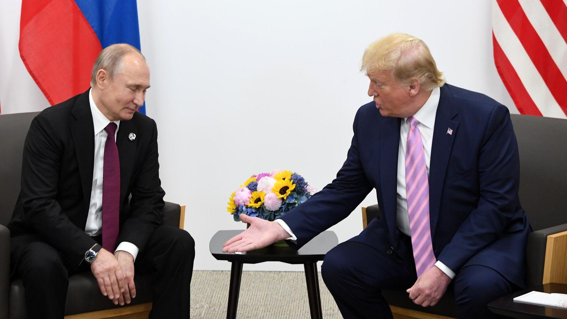 Президент РФ Владимир Путин и президент США Дональд Трамп (справа) во время встречи на полях саммита Группы двадцати в Осаке - РИА Новости, 1920, 13.10.2020