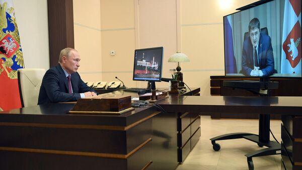 Президент РФ Владимир Путин во время встречи в режиме видеоконференции с временно исполняющим обязанности губернатора Пермского края Дмитрием Махониным