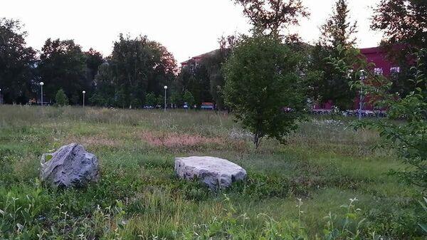 Камни как декоративный элемент в Центральном парке Центрального района в Тольятти