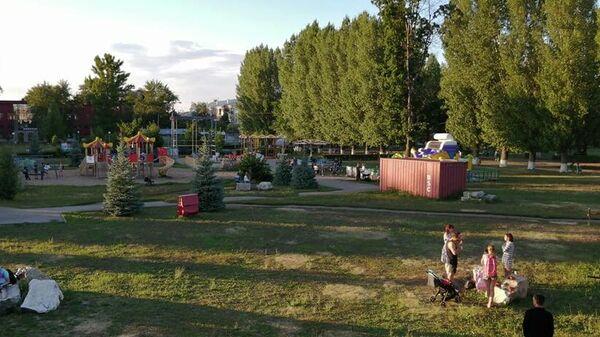 Посетители Центрального парка в Тольятти устраивают пикник на камнях