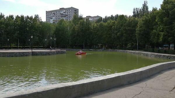 Посетители катаются на катамаране по пруду в Фанни парке в Тольятти